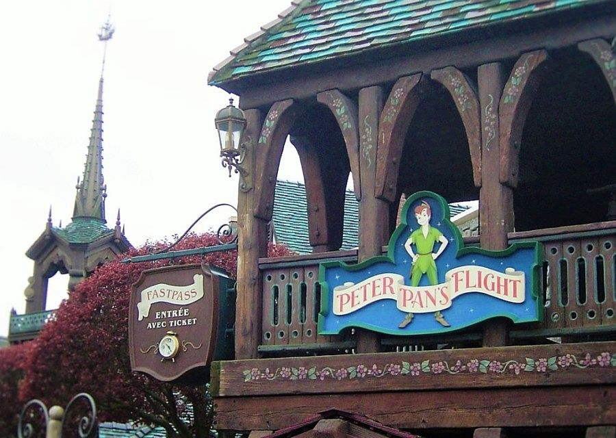 De ingang van Peter Pan's Flight in Fantasyland in Disneyland Paris – Foto: © Adri van Esch