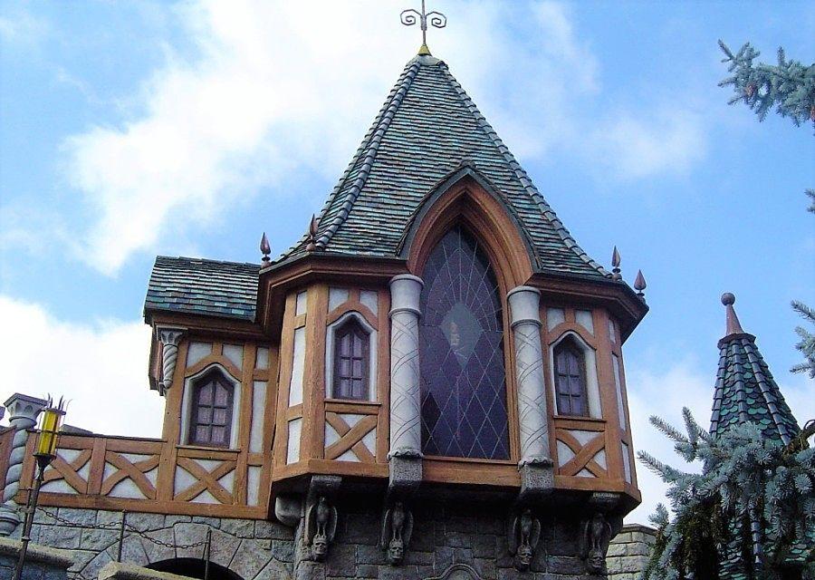 De heks van Sneeuwwitje boven de ingang van de attractie in Disneyland Paris – Foto: © Adri van Esch