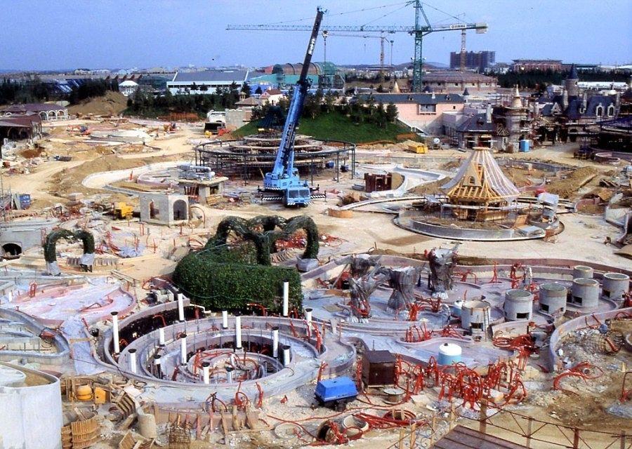 De bouw van Alice's Curious Labyrinth in Disneyland Paris - Foto: © Disney