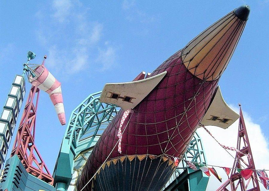 Luchtschip Hyperion boven de entree van Videopolis - Foto: © Adri van Esch