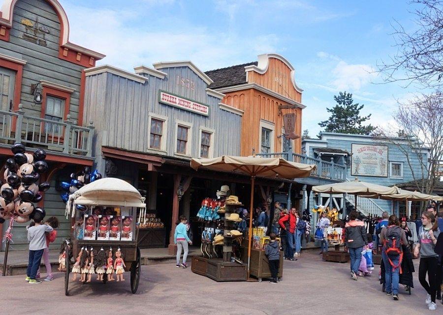 Winkelen bij Eureka Mining Supplies in Frontierland in Disneyland Paris - Foto: © Adri van Esch