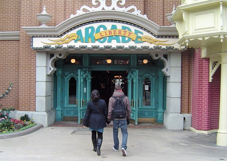 De ingang van de Liberty Arcade in Main Street in Disneyland Paris - Foto: © Adri van Esch