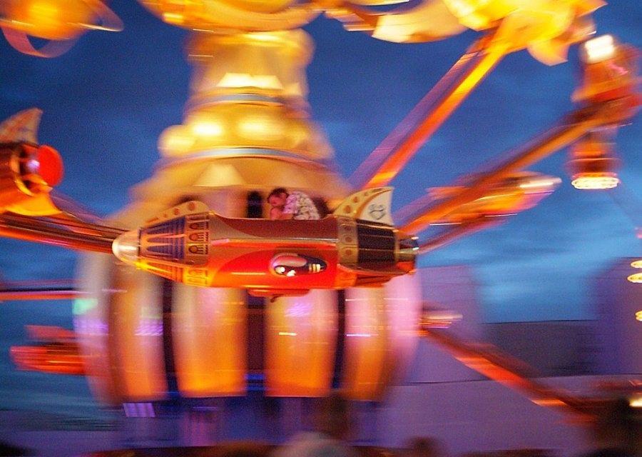 Orbitron bij avond in Disneyland Paris - Foto: Steve McNicholas (Flickr c.c.)