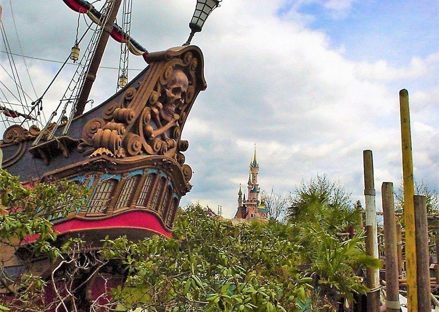 Het piratenschip van Kapitein Haak in Adventureland in Disneyland Paris – Foto: © Adri van Esch