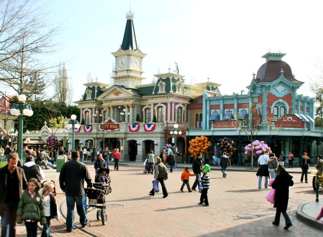 City Hall en de Storybook Store op Town Square in Disneyland Paris - Foto: © Adri van Esch