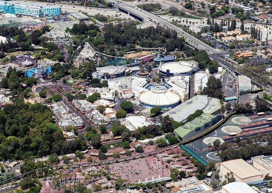 Disneyland in Anaheim vanuit de lucht - Foto: California National Guard (Flickr)