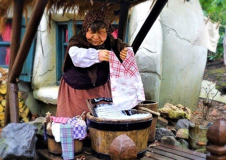 Kaboutervrouwtje doet de handwas in de Efteling - Foto: © Adri van Esch