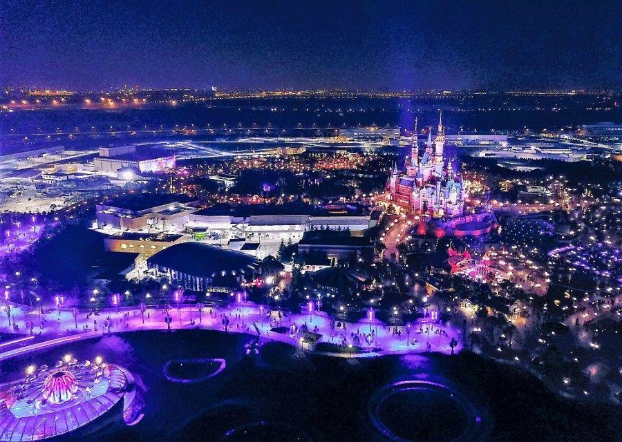 Shanghai Disneyland bij avond vanuit de lucht - Foto: Leslin Lu (Pixabay)