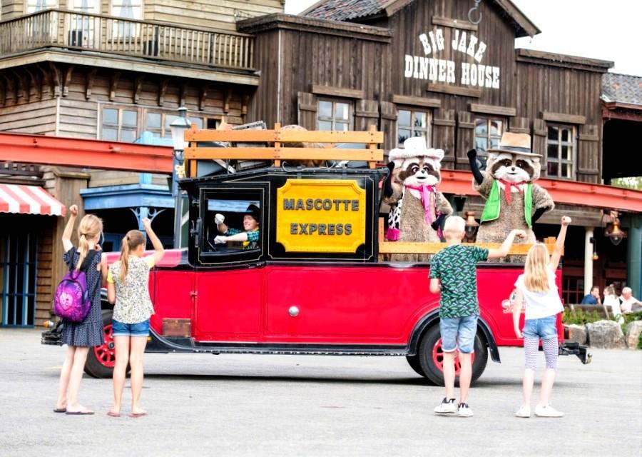 Mascottes Randy en Rosie op hun Mascotte Express in Attractiepark Slagharen