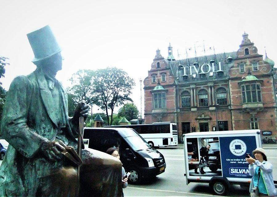 Hans Christian Andersen in Kopenhagen, kijkend naar Tivoli - Foto: © Adri van Esch