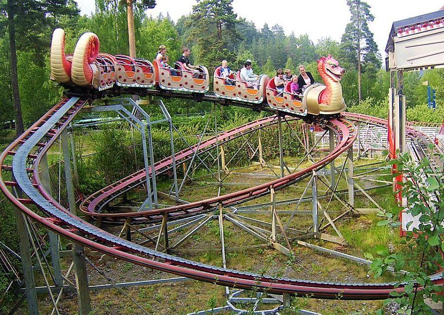 De inmiddels afgebroken Dragon Coaster van Zamperla in het Noorse pretpark Tusenfryd (Foto: Helt, Wikipedia)