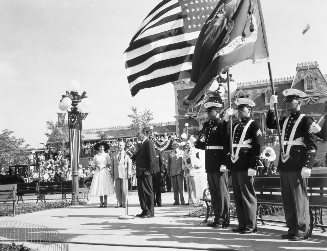 Walt Disney opent Disneyland