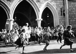 Kinderen rennen door het kasteel op 17 juli 1955, de openingsdag van Disneyland in Californië