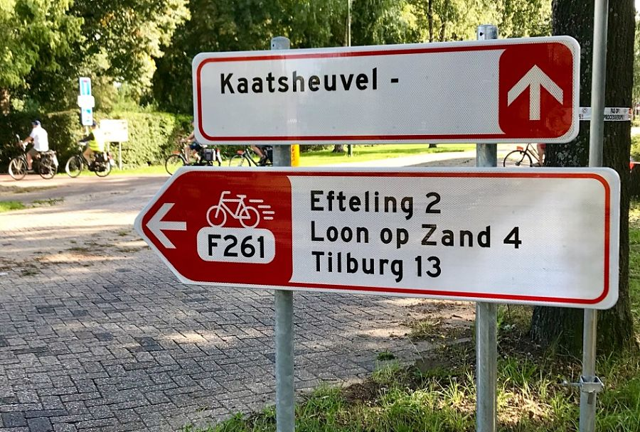 Bewegwijzering langs fietssnelweg F261 naar de Efteling – Foto: © Adri van Esch