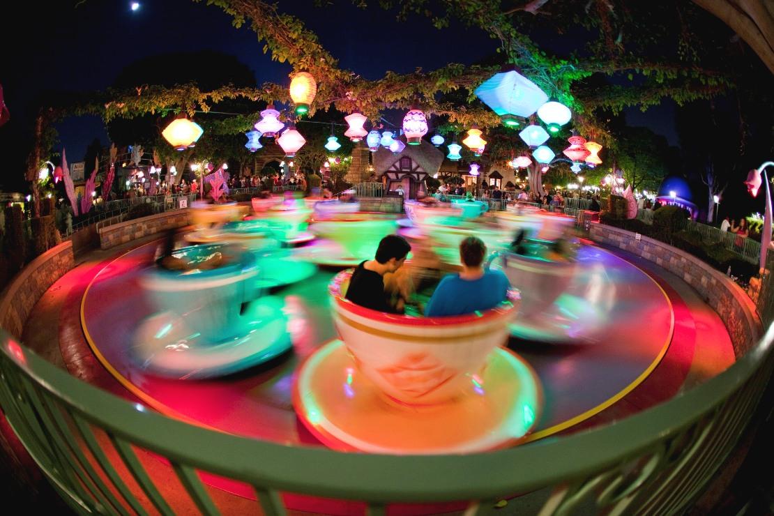 Mad Tea Party at Night in Disneyland - Foto: Disney