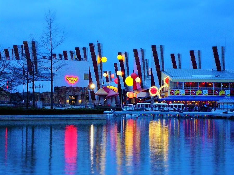 Disney Village in Disneyland Parijs bij avond - Foto: © Adri van Esch
