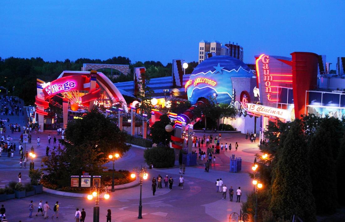 Disney Village in Disneyland Paris bij avond - Foto: © Disney