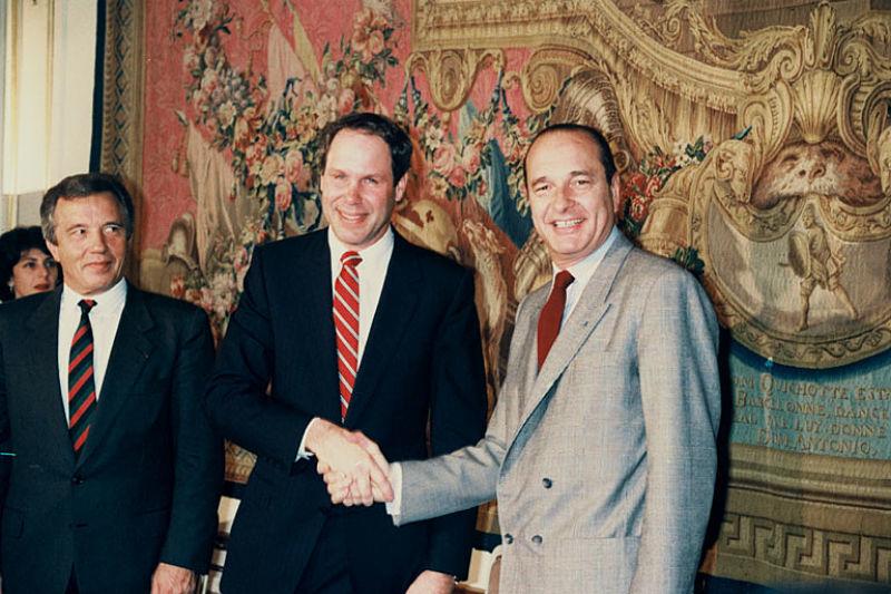 Michael Eisner en Jacques Chirac feliciteren elkaar met de komst van Euro Disneyland