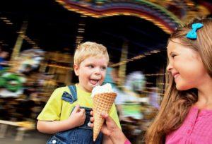 Genieten van een ijsje in Disneyland Paris - Foto: (c) Disney