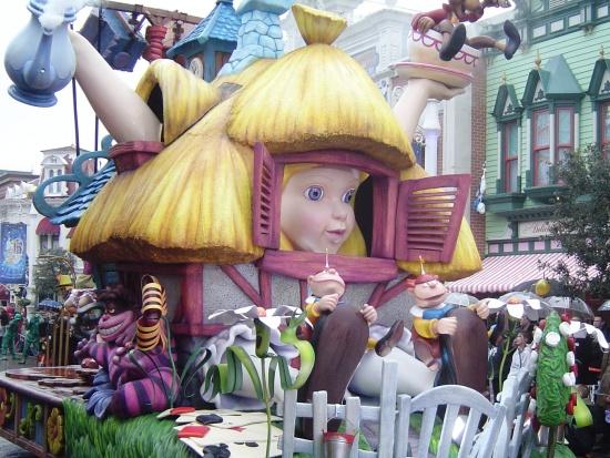 Alice in Wonderland in de Once Upon a Dream Parade in Disneyland Park - Foto: (c) Parkplanet