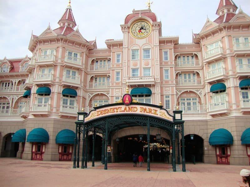 De ingang van Disneyland Park onder het Disneyland Hotel - Foto: © Adri van Esch