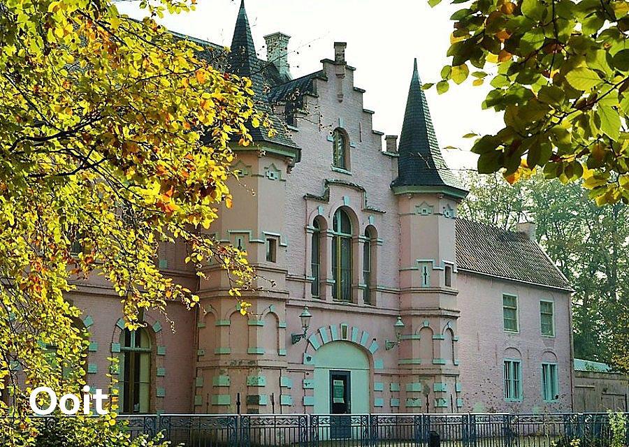 Het roze kasteel van Het Land van Ooit - Foto: Ad van Kessel