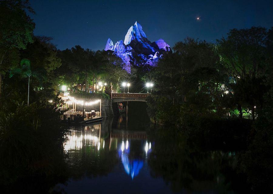 Expedition Everest in Disney's Animal Kingdom bij avond - Foto: © Disney