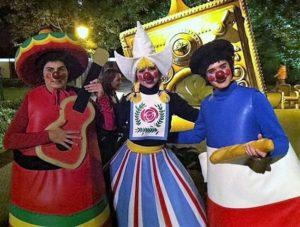 Karakters uit Carnaval Festival tijdens het Negen Pleinen Festijn in de Efteling - Foto: © Adri van Esch