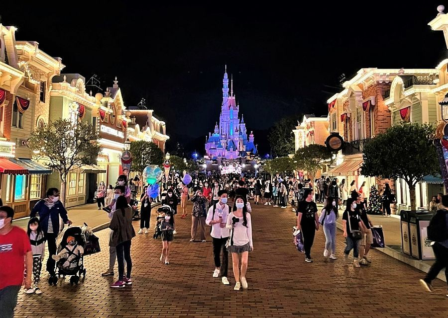 Main Street U.S.A. in Hong Kong Disneyland bij avond - Foto: Adriel Tjokro
