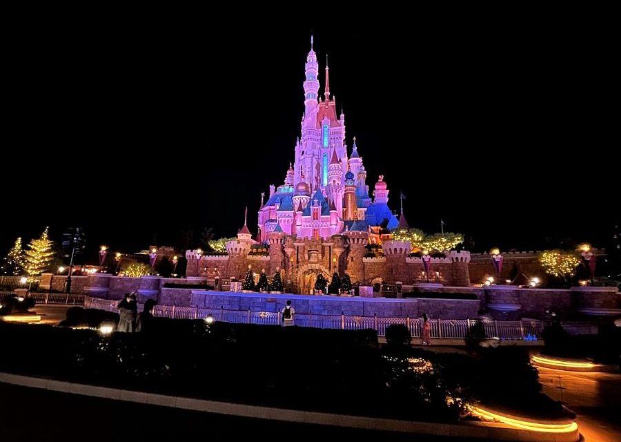 het kasteel van Hong Kong Disneyland bij avond - Foto: Adriel Tjokro