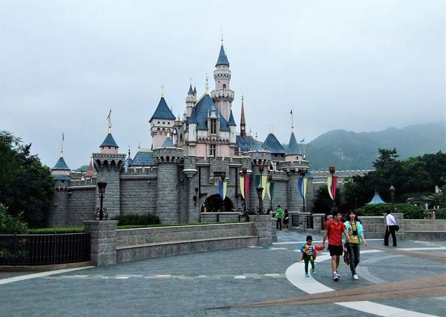 Het oude kasteel van Hong Kong Disneyland - Foto: © Adri van Esch