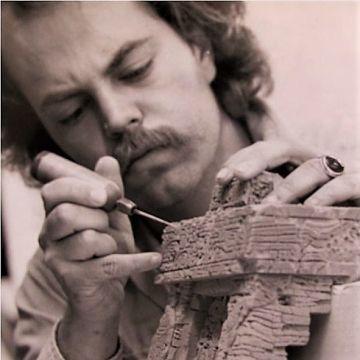 Een jonge Joe Rohde aan het werk aan een model
