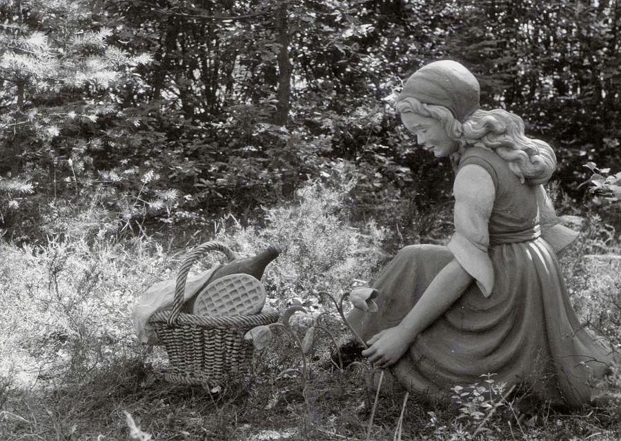 Foto uit 1953: De eerste uitbeelding van Roodkapje in de Efteling