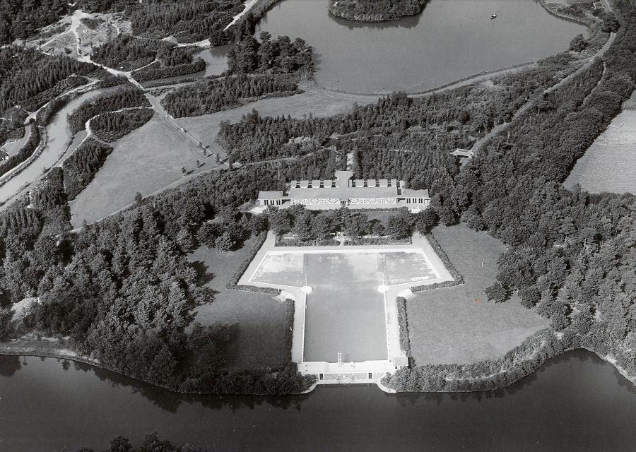 Luchtfoto uit 1953: De Efteling met het openluchtzwembad