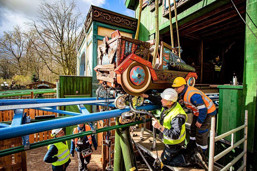 Treinstel Max wordt op achtbaan Max & Moritz in de Efteling geplaatst