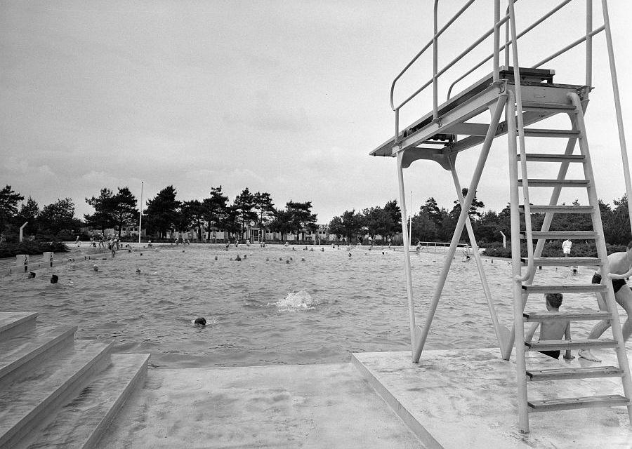 Foto uit 1958: Het openluchtzwembad van de Efteling - Foto: Nationaal Archief / Heidemij