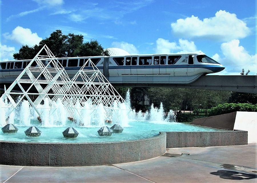 De monorail rijdt door Epcot in Walt Disney World - Foto: © Adri van Esch
