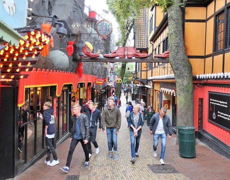 Het straatje Smøgen in Tivoli in Kopenhagen - Foto: © Adri van Esch