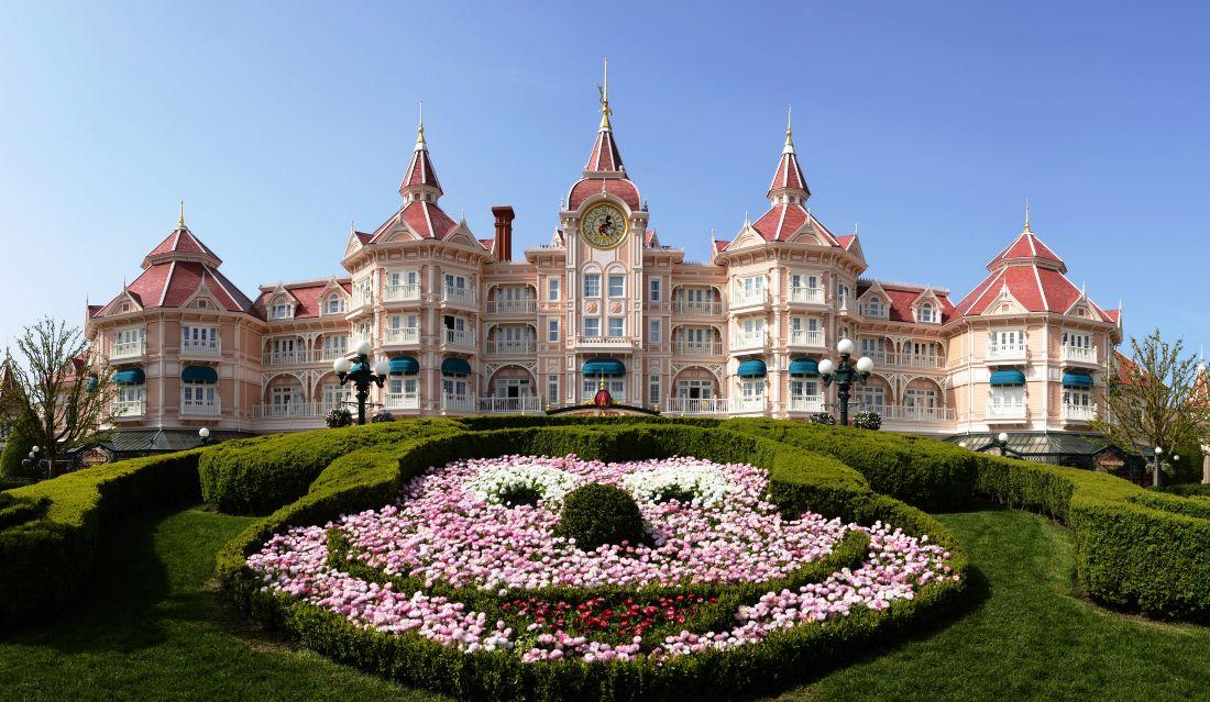 Een Mickey-hoofd vol bloemen voor het Disneyland Hotel - Foto: (c) Disney