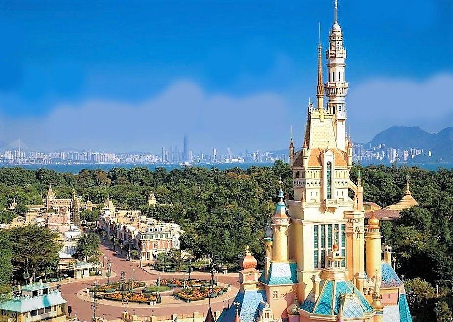 Het kasteel in Hong Kong Disneyland en de skyline van Hongkong - Foto: © Disney
