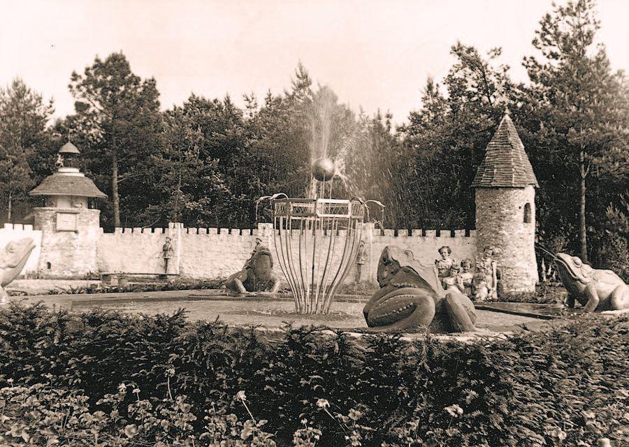 De Kikkerkoning op het Herautenplein is een van de eerste sprookjes in de Efteling